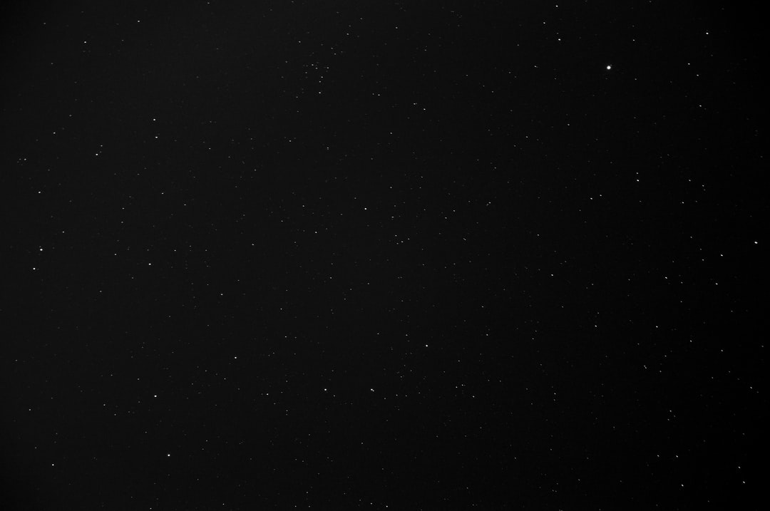 A star in the middle of the night sky